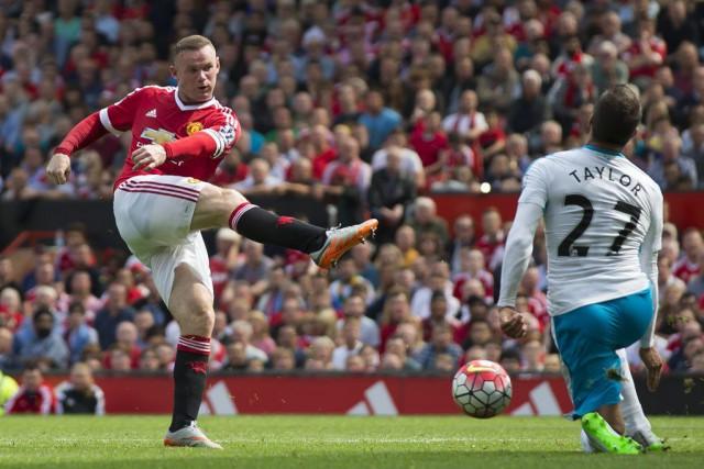 Steven Taylor bloque un tir deWayne Rooney.... (PHOTO JON SUPER, AP)