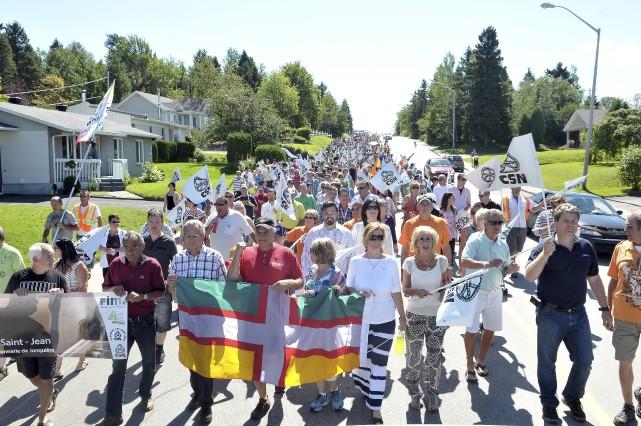 Quelque 300 personne ont marché pour la relance... (- Photo Le Progrès-Dimanche, Rocket Lavoie)