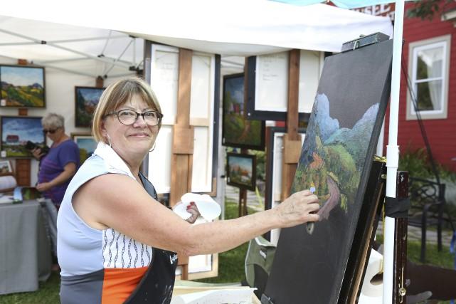 Ghyslaine Ledoux, une artiste de Mansonville, ne travaille... (photo Julie Catudal)