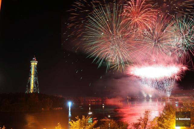 Des milliers de spectateurs ont assisté aux feux... (Photo: Émilie O'Connor Le Nouvelliste)