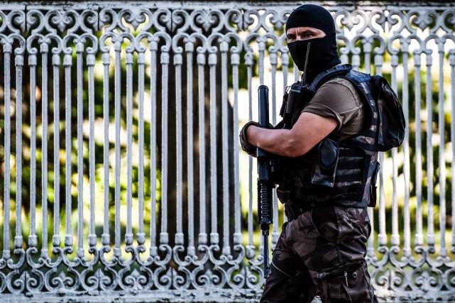 Un membre des forces spéciales turques patrouille à... (PHOTO OZAN KOSE, ARCHIVES AFP)