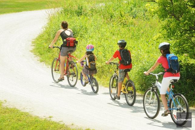 La réglementation municipale obligeant le port du casque à vélo chez les jeunes... (Archives, La Tribune)
