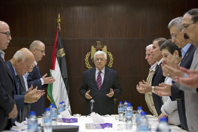 Pour les détracteurs de M.Abbas (au centre), cette... (PHOTO MAJDI MOHAMMED, ARCHIVES AP)