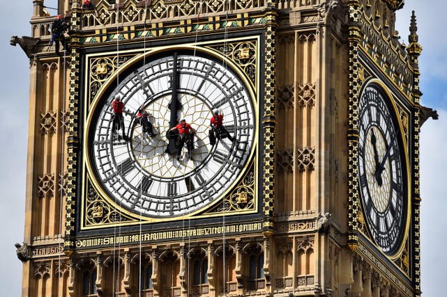 Des techniciens s'affairent à nettoyer Big Ben, à... (PHOTO BEN STANSALL, ARCHIVES AFP)