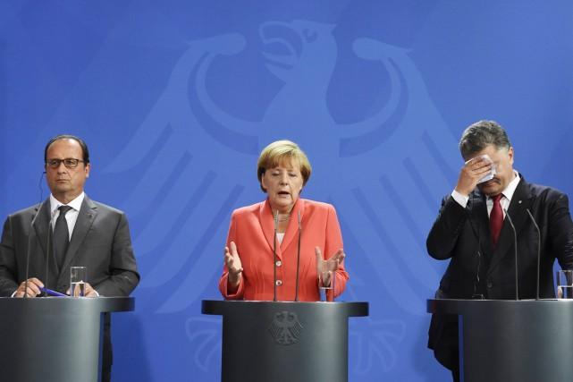 De gauche à droite: le président français François... (PHOTO TOBIAS SCHWARZ, AFP)