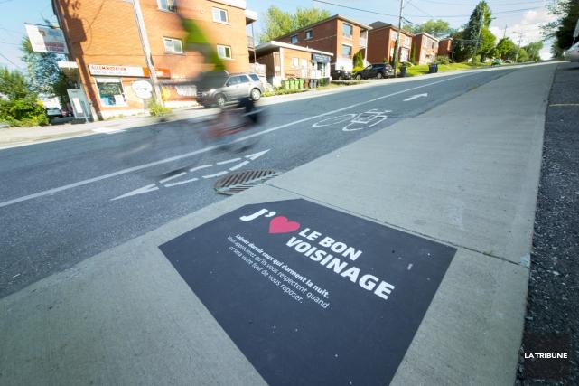 Des autocollants ont été installés sur les trottoirs... (Imacom, Julien Chamberland)