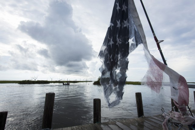 Un drapeau américain en lambeaux flotte sur le... (PHOTO LEE CELANO, archives AFP)
