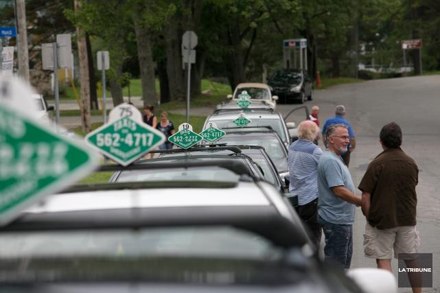 Les chauffeurs de Taxis Sherbrooke ont manifesté devant... (Imacom, René Marquis)