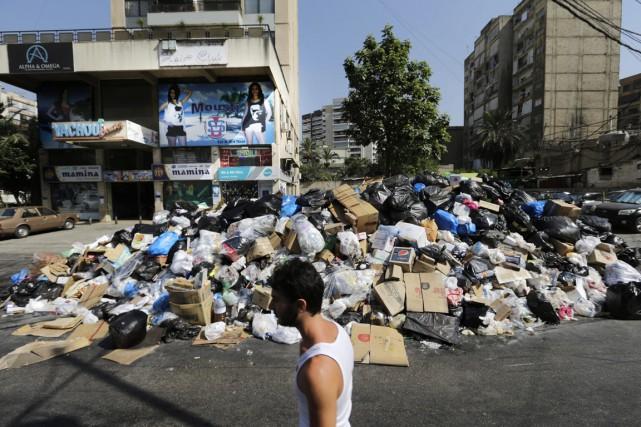 Les ordures s'étaient empilées dans les rues des... (PHOTO HASSAN AMMAR, AP)