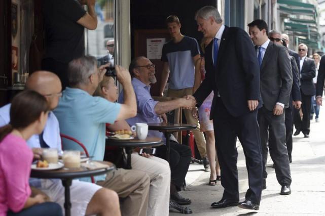 Le chef conservateur a échangé des poignées de...