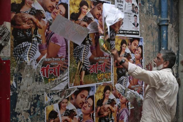Un employé d'un cinéma à Dacca, capitale du... (PHOTO AP)