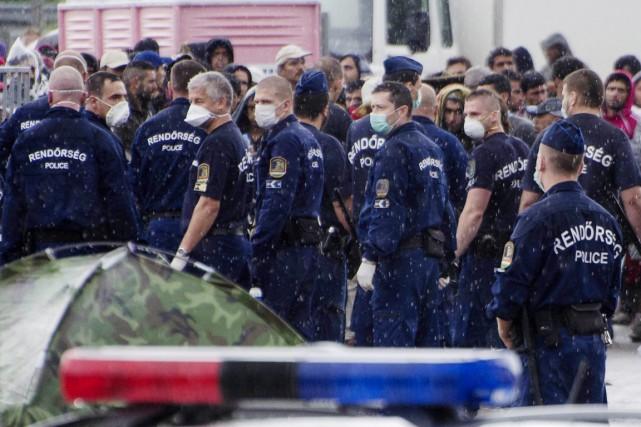 Les policiers sont intervenus alors que les migrants... (PHOTO CSABA SEGESVARI, AFP)