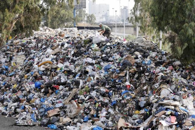 Au sommet d'une montagne de déchets, un homme... (PHOTO MOHAMED AZAKIR, ARCHIVES REUTERS)