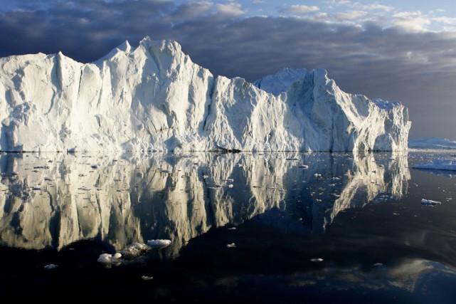 Les scientifiques surveillent particulièrement les glaces du Groenland,... (PHOTO REUTERS)