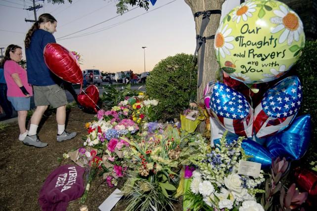 Des fleurs et des ballons ont été déposés... (PHOTO PAUL J. RICHARDS, AFP)