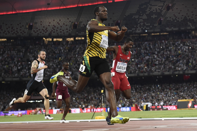 Usain Bolt (au centre) a devancé Justin Gatlin... (Photo Frank Fife, AFO)