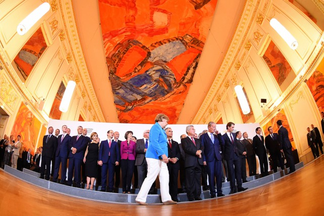 La chancelière Merkel (veston bleu) a reconnu que... (PHOTO JOE KLAMAR, AFP)