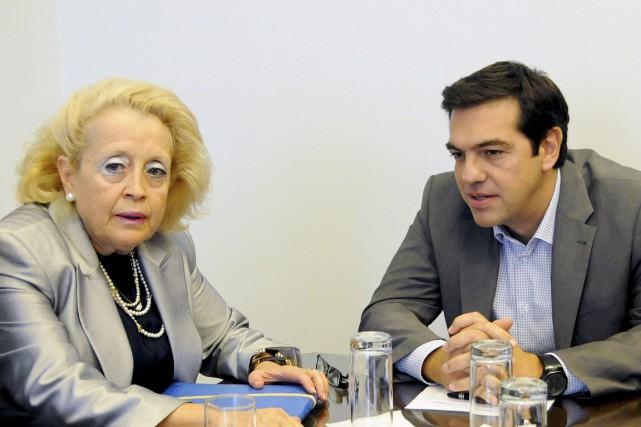 La nouvelle première ministre Vassiliki Thanou en compagnie... (PHOTO EVI FYLAKTOU, AP)