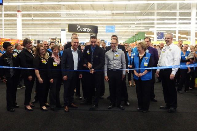 Jeudi se déroulait l'inauguration du nouveau Supercentre de... (Photo fournie par Walmart)
