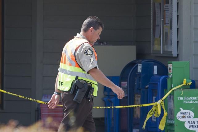 Un policier monte la garde devant le centre... (PHOTO PAUL J. RICHARDS, AFP)