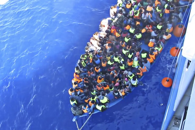 Au moins 30 migrants sont morts jeudi et des dizaines d'autres sont portés... (Photo archives AP)