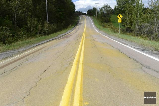 L'asphalte du rang Saint-Louis s'est retrouvé tout jauni... (Photo Le Quotidien, Jeannot Lévesque)