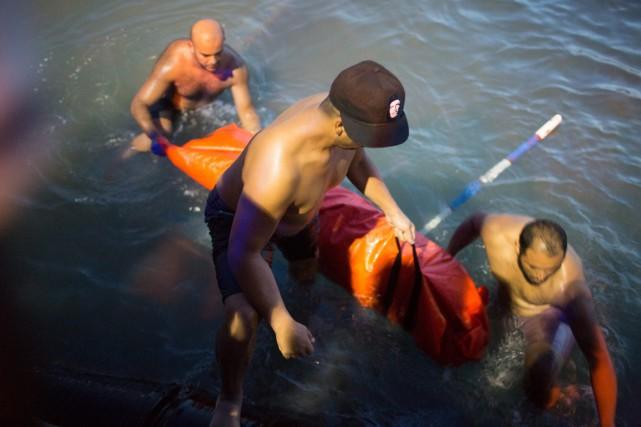 Au moins 76 cadavres ont été récupérés sur... (PHOTO MOHAMED BEN KHALIFA, AP)