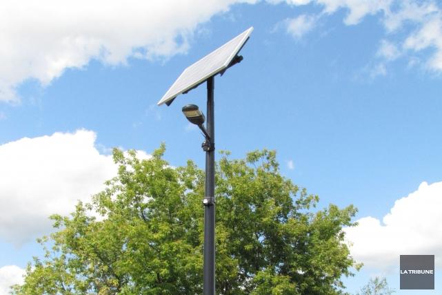 Il y a plus de trois semaines, un lampadaire solaire multifonctionnel a été... (photo la tribune, Emmanuele Boutin-Gilbert)