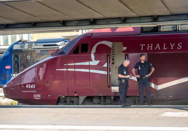 La police française surveille un train Thalys à... (PHOTOPHILIPPE HUGUEN, AGENCE FRANCE-PRESSE)