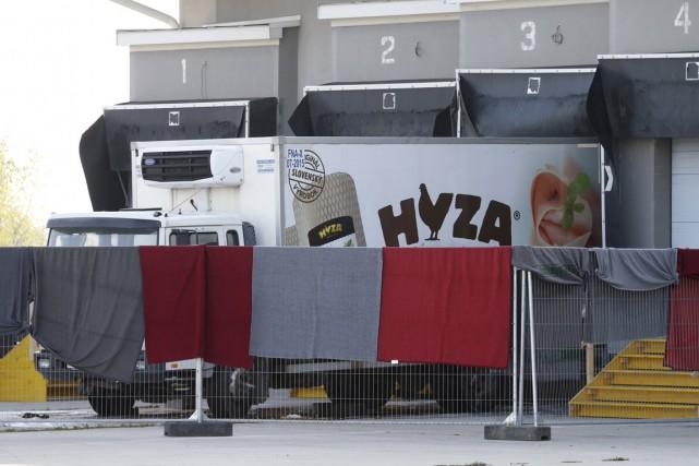 71 migrants ont été découverts jeudi dans un... (Photo Heinz-Peter Bader, Reuters)