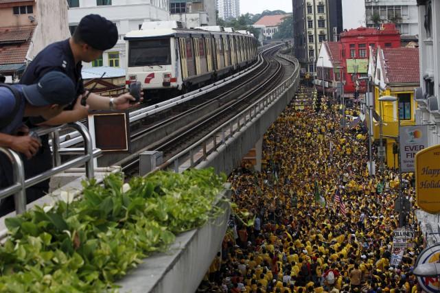 Des dizaines de milliers de Malaisiens se sont rassemblés samedi à Kuala Lumpur... (Photo Edgar Su, Reuters)