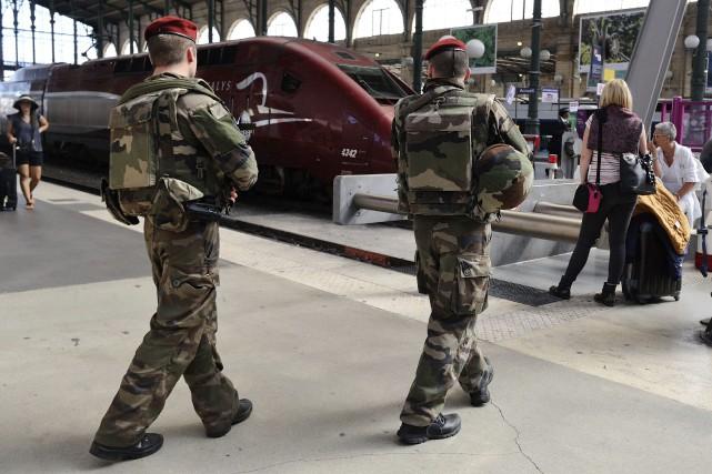 Des soldats français patrouillent dans la gare du... (Photo AP)