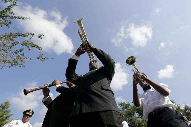 Des musiciens mènent la parade durant une cérémonie... (Associated Press)