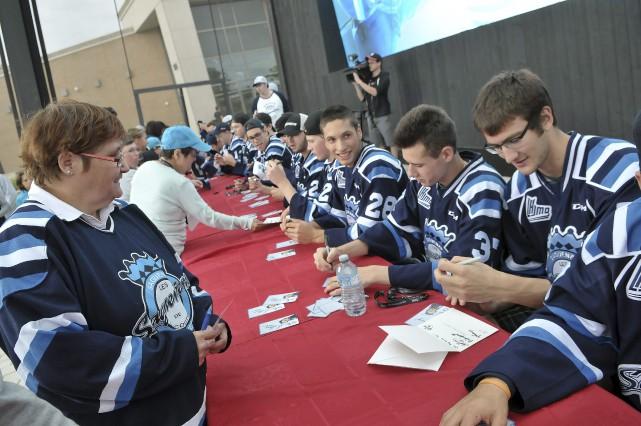 Les Saguenéens ont signé des autographes hier à... (Photo Le Progrès-dimanche, Rocket Lavoie)