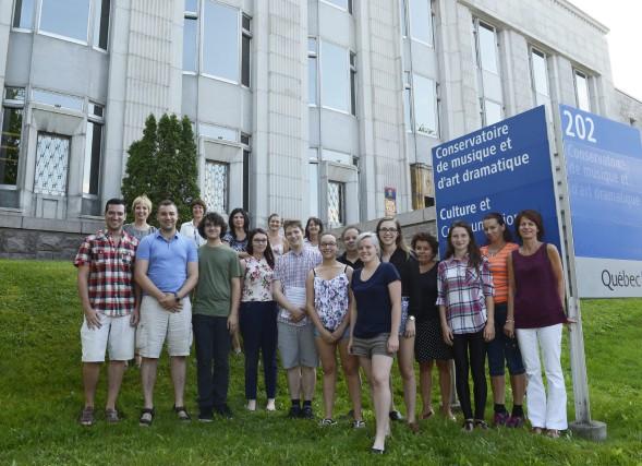 Voici une partie des étudiants et des professeurs... (Photo Le Progrès-dimanche, Jeannot Lévesque)