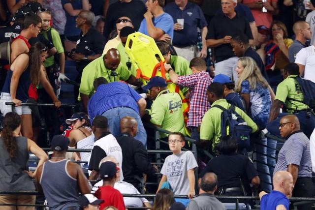 Les membres du personnel médical du stade se... (Photo John Bazemore, AP)
