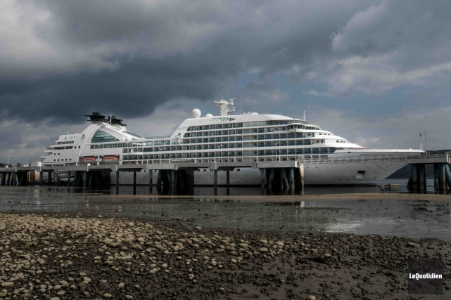 Le Seabourn Quest a accosté, hier, au quai... (Photo Le Quotidien, Michel Tremblay)