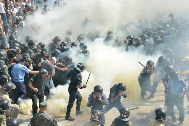 Au moins 90 membres des forces de l'ordre... (PHOTO GENYA SAVILOV, AFP)