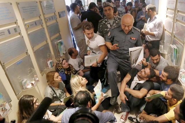 Des membres de la sécurité tentent de se... (PHOTO MOHAMED AZKIR, REUTERS)