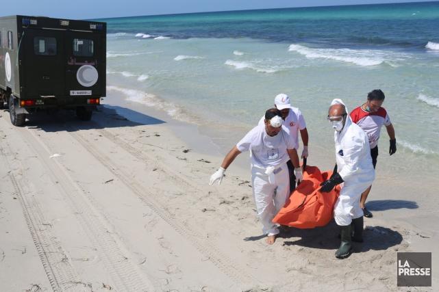 Des travailleurs du Croissant-Rouge libyen transportent le corps... (PHOTO MOHAMED BEN KHALIFA, ARCHIVES AP)