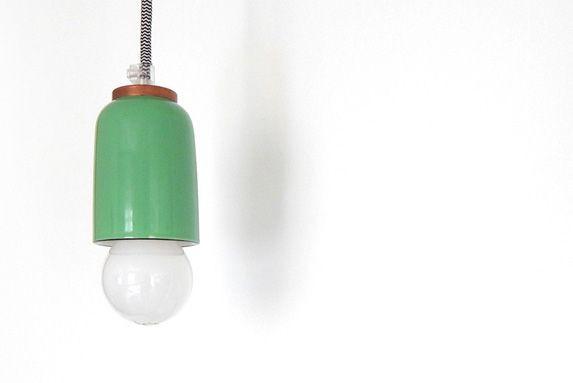 La lampe suspendue en céramique verte et laiton... (Photo fournie par Isabelle Le Doussal)
