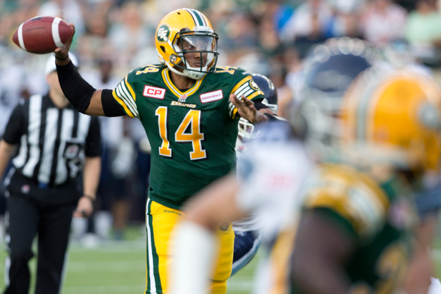 Le quart-arrière des Eskimos d'Edmonton James Franklin a complété... (Photo Jason Franson, PC)