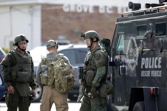 Des policiers et des membres d'autres forces de... (Photo Stacey Wescott, AP/Chicago Tribune)