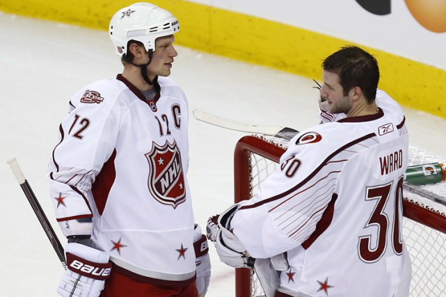 Eric Staal et Cam Ward lors du match... (ARCHIVES REUTERS)