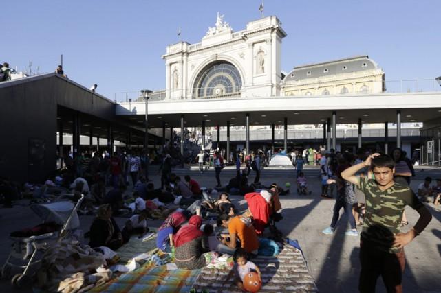 À Budapest, les autorités ont fait évacuer la... (PHOTO AP)