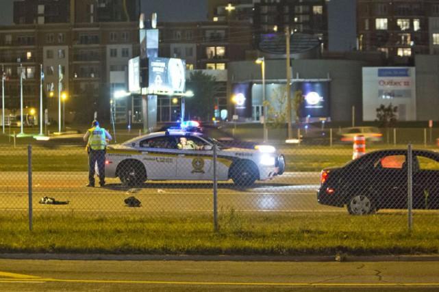 Un jeune homme qui tentait visiblement de traverser l'autoroute 15, à Laval,... (PHOTO FÉLIX O.J. FOURNIER, COLLABORATION SPÉCIALE)