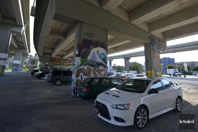 Dans le nouveau stationnement temporaire sous les bretelles... (Le Soleil, Yan Doublet)