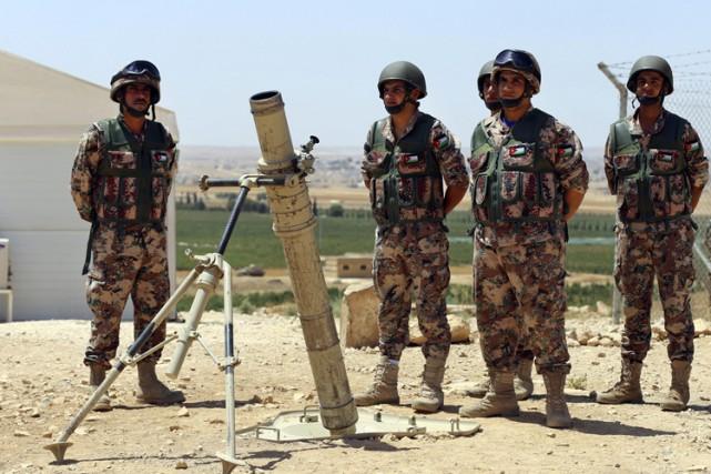 Des soldats jordaniens en poste dans la ville... (PHOTO AP)