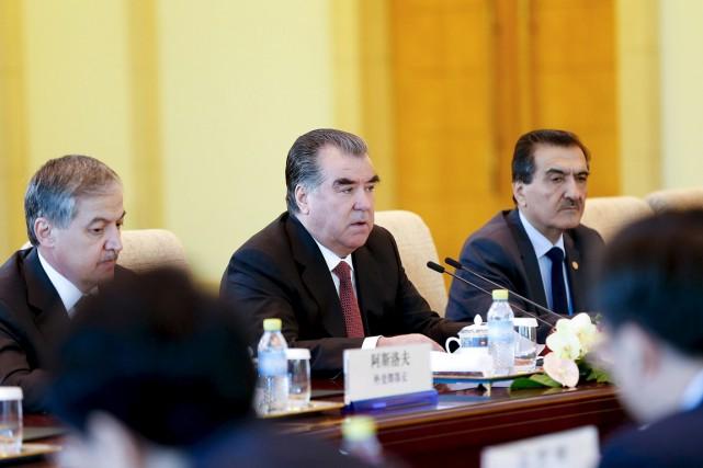 Le président Emomali Rakhmon (au centre) est au... (PHOTO LINTAO ZHANG, ARCHIVES REUTERS)