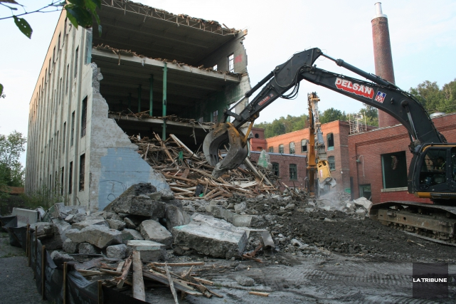 Interrompus à l'été 2014, les travaux d'aménagement du futur complexe hôtelier... (Archives La Tribune)